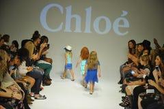 ΝΕΑ ΥΌΡΚΗ, ΝΈΑ ΥΌΡΚΗ - 18 ΟΚΤΩΒΡΊΟΥ: Τα πρότυπα περπατούν το φινάλε διαδρόμων κατά τη διάρκεια της πρόβλεψης της Chloe στην εβδομ Στοκ Εικόνες