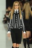 ΝΕΑ ΥΌΡΚΗ, ΝΈΑ ΥΌΡΚΗ - 12 ΣΕΠΤΕΜΒΡΊΟΥ: Ένα πρότυπο περπατά το διάδρομο στη επίδειξη μόδας του Ralph Lauren Στοκ Εικόνες