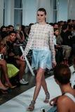 ΝΕΑ ΥΌΡΚΗ, ΝΈΑ ΥΌΡΚΗ - 9 ΣΕΠΤΕΜΒΡΊΟΥ: Ένα πρότυπο περπατά το διάδρομο στη επίδειξη μόδας του Oscar de Λα Renta Στοκ εικόνα με δικαίωμα ελεύθερης χρήσης