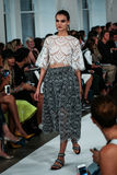 ΝΕΑ ΥΌΡΚΗ, ΝΈΑ ΥΌΡΚΗ - 9 ΣΕΠΤΕΜΒΡΊΟΥ: Ένα πρότυπο περπατά το διάδρομο στη επίδειξη μόδας του Oscar de Λα Renta Στοκ Εικόνες