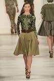 ΝΕΑ ΥΌΡΚΗ, ΝΈΑ ΥΌΡΚΗ - 11 ΣΕΠΤΕΜΒΡΊΟΥ: Ένα πρότυπο περπατά το διάδρομο στη συλλογή μόδας ανοίξεων του 2015 του Ralph Lauren Στοκ εικόνες με δικαίωμα ελεύθερης χρήσης