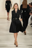 ΝΕΑ ΥΌΡΚΗ, ΝΈΑ ΥΌΡΚΗ - 11 ΣΕΠΤΕΜΒΡΊΟΥ: Ένα πρότυπο περπατά το διάδρομο στη συλλογή μόδας ανοίξεων του 2015 του Ralph Lauren Στοκ Εικόνα