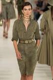 ΝΕΑ ΥΌΡΚΗ, ΝΈΑ ΥΌΡΚΗ - 11 ΣΕΠΤΕΜΒΡΊΟΥ: Ένα πρότυπο περπατά το διάδρομο στη συλλογή μόδας ανοίξεων του 2015 του Ralph Lauren Στοκ Φωτογραφίες