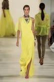 ΝΕΑ ΥΌΡΚΗ, ΝΈΑ ΥΌΡΚΗ - 11 ΣΕΠΤΕΜΒΡΊΟΥ: Ένα πρότυπο περπατά το διάδρομο στη συλλογή μόδας ανοίξεων του 2015 του Ralph Lauren Στοκ Εικόνες
