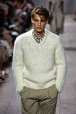 ΝΕΑ ΥΌΡΚΗ, ΝΈΑ ΥΌΡΚΗ - 10 ΣΕΠΤΕΜΒΡΊΟΥ: Ένα πρότυπο περπατά το διάδρομο στη συλλογή μόδας ανοίξεων του 2015 του Michael Kors Στοκ εικόνα με δικαίωμα ελεύθερης χρήσης