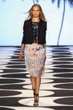 ΝΕΑ ΥΌΡΚΗ, ΝΈΑ ΥΌΡΚΗ - 5 ΣΕΠΤΕΜΒΡΊΟΥ: Ένα πρότυπο περπατά το διάδρομο στη συλλογή μόδας ανοίξεων του 2015 της Nicole Μίλερ Στοκ φωτογραφία με δικαίωμα ελεύθερης χρήσης