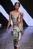 ΝΕΑ ΥΌΡΚΗ, ΝΈΑ ΥΌΡΚΗ - 8 ΣΕΠΤΕΜΒΡΊΟΥ: Ένα πρότυπο περπατά το διάδρομο στη Donna Karan Νέα Υόρκη κατά τη διάρκεια της άνοιξης του  Στοκ φωτογραφία με δικαίωμα ελεύθερης χρήσης