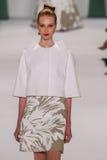 ΝΕΑ ΥΌΡΚΗ, ΝΈΑ ΥΌΡΚΗ - 8 ΣΕΠΤΕΜΒΡΊΟΥ: Ο πρότυπος χρυσός Dasha περπατά το διάδρομο στη επίδειξη μόδας της Καρολίνας Herrera Στοκ εικόνες με δικαίωμα ελεύθερης χρήσης