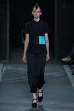 ΝΕΑ ΥΌΡΚΗ, ΝΈΑ ΥΌΡΚΗ - 9 ΣΕΠΤΕΜΒΡΊΟΥ: Πρότυπο Anka Kuryndina περπατά το διάδρομο στην κατακάθι από Marc επίδειξη μόδας Jacobs Στοκ εικόνες με δικαίωμα ελεύθερης χρήσης