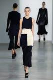 ΝΕΑ ΥΌΡΚΗ, ΝΈΑ ΥΌΡΚΗ - 11 ΣΕΠΤΕΜΒΡΊΟΥ: Πρότυπο Dasha Denisenko περπατά το διάδρομο στη επίδειξη μόδας συλλογής του Calvin Klein Στοκ φωτογραφία με δικαίωμα ελεύθερης χρήσης
