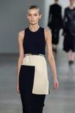 ΝΕΑ ΥΌΡΚΗ, ΝΈΑ ΥΌΡΚΗ - 11 ΣΕΠΤΕΜΒΡΊΟΥ: Πρότυπο Dasha Denisenko περπατά το διάδρομο στη επίδειξη μόδας συλλογής του Calvin Klein Στοκ εικόνα με δικαίωμα ελεύθερης χρήσης