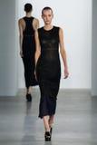 ΝΕΑ ΥΌΡΚΗ, ΝΈΑ ΥΌΡΚΗ - 11 ΣΕΠΤΕΜΒΡΊΟΥ: Πρότυπο Maartje Verhoef περπατά το διάδρομο στη επίδειξη μόδας συλλογής του Calvin Klein Στοκ φωτογραφία με δικαίωμα ελεύθερης χρήσης