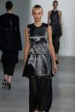 ΝΕΑ ΥΌΡΚΗ, ΝΈΑ ΥΌΡΚΗ - 11 ΣΕΠΤΕΜΒΡΊΟΥ: Πρότυπο Maartje Verhoef περπατά το διάδρομο στη επίδειξη μόδας συλλογής του Calvin Klein Στοκ Εικόνα