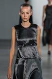 ΝΕΑ ΥΌΡΚΗ, ΝΈΑ ΥΌΡΚΗ - 11 ΣΕΠΤΕΜΒΡΊΟΥ: Πρότυπο Maartje Verhoef περπατά το διάδρομο στη επίδειξη μόδας συλλογής του Calvin Klein Στοκ φωτογραφίες με δικαίωμα ελεύθερης χρήσης