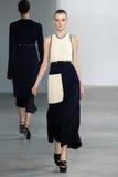 ΝΕΑ ΥΌΡΚΗ, ΝΈΑ ΥΌΡΚΗ - 11 ΣΕΠΤΕΜΒΡΊΟΥ: Πρότυπο Morta Kontrimaite περπατά το διάδρομο στη επίδειξη μόδας συλλογής του Calvin Klein Στοκ φωτογραφία με δικαίωμα ελεύθερης χρήσης