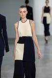 ΝΕΑ ΥΌΡΚΗ, ΝΈΑ ΥΌΡΚΗ - 11 ΣΕΠΤΕΜΒΡΊΟΥ: Πρότυπο Morta Kontrimaite περπατά το διάδρομο στη επίδειξη μόδας συλλογής του Calvin Klein Στοκ Φωτογραφία