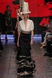 ΝΕΑ ΥΌΡΚΗ, ΝΈΑ ΥΌΡΚΗ - 8 ΣΕΠΤΕΜΒΡΊΟΥ: Model Josephine LE Tutour περπατά το διάδρομο στη συλλογή ανοίξεων του 2015 της Donna Karan Στοκ φωτογραφία με δικαίωμα ελεύθερης χρήσης