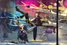 ΝΕΑ ΥΌΡΚΗ - 18 ΝΟΕΜΒΡΊΟΥ 2014: Οι θεατές βλέπουν την επίδειξη παραθύρων διακοπών σε Bergdorf Goodman σε NYC Στοκ Εικόνα