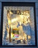 ΝΕΑ ΥΌΡΚΗ - 18 ΝΟΕΜΒΡΊΟΥ 2014: Οι θεατές βλέπουν την επίδειξη παραθύρων διακοπών σε Bergdorf Goodman σε NYC Στοκ εικόνες με δικαίωμα ελεύθερης χρήσης