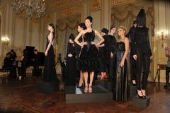 ΝΕΑ ΥΌΡΚΗ - ΣΤΙΣ 6 ΦΕΒΡΟΥΑΡΊΟΥ: Τα μοντέλα θέτουν στη στατική παρουσίαση για τη ρωσική λήψη F/W το 2013 βιομηχανίας μόδας στο γενι Στοκ Εικόνες