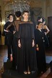 ΝΕΑ ΥΌΡΚΗ - ΣΤΙΣ 6 ΦΕΒΡΟΥΑΡΊΟΥ: Τα μοντέλα θέτουν στη στατική παρουσίαση για τη ρωσική λήψη F/W το 2013 βιομηχανίας μόδας Στοκ φωτογραφίες με δικαίωμα ελεύθερης χρήσης