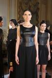 ΝΕΑ ΥΌΡΚΗ - ΣΤΙΣ 6 ΦΕΒΡΟΥΑΡΊΟΥ: Τα μοντέλα θέτουν στη στατική παρουσίαση για τη ρωσική λήψη F/W το 2013 βιομηχανίας μόδας Στοκ φωτογραφία με δικαίωμα ελεύθερης χρήσης