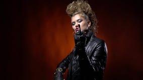 Νεβρικό rocker κορίτσι με το τρελλό hairstyle, που παρουσιάζει μέσο δάχτυλο φιλμ μικρού μήκους