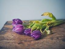 Νεκρά λουλούδια στον ξύλινο πίνακα Στοκ φωτογραφία με δικαίωμα ελεύθερης χρήσης