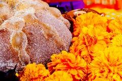 Νεκρά ψωμί και λουλούδια Στοκ φωτογραφία με δικαίωμα ελεύθερης χρήσης