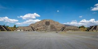 Νεκρή πυραμίδα λεωφόρων και φεγγαριών στις καταστροφές Teotihuacan - Πόλη του Μεξικού, πόλη στοκ φωτογραφίες