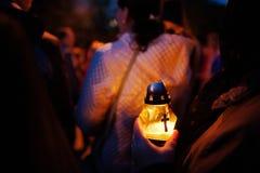 Νεκρικός λαμπτήρας κεριών υπό εξέταση τη νύχτα στοκ εικόνα με δικαίωμα ελεύθερης χρήσης