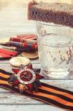 Νεκρικό ποτήρι της βότκας και τα σοβιετικά στρατιωτικά βραβεία του κτηνιάτρου Στοκ Φωτογραφίες