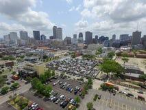 Νεκροταφείο αριθ. του Σαιντ Λούις 1 στη Νέα Ορλεάνη και τη εικονική παράσταση πόλης με την επιχείρηση skyscrapper στο υπόβαθρο Στοκ Εικόνες