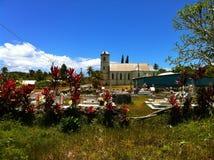 Νεκροταφείο και καθολική εκκλησία στο τροπικό νησί Νέα Καληδονία Lifou Στοκ εικόνα με δικαίωμα ελεύθερης χρήσης
