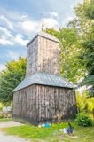 Νεκροταφείο και πύλη-καμπαναριό σε Wislina στο ίχνος Mennonites στην Πολωνία στοκ φωτογραφίες