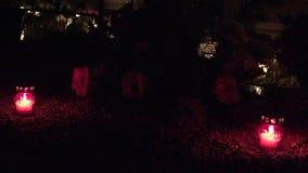 Νεκροταφείο που διακοσμείται με τα κεριά για όλη την ημέρα Αγίων τη νύχτα 4K απόθεμα βίντεο