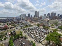 Νεκροταφείο του Σαιντ Λούις στη Νέα Ορλεάνη και τη εικονική παράσταση πόλης με το Μισισιπή στο υπόβαθρο Στοκ Εικόνα