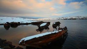 Νεκροταφείο των μικρών αλιευτικών σκαφών σε Teriberke στην ανατολή Περιοχή του Μούρμανσκ, της Ρωσίας Πλήρες HD απόθεμα βίντεο
