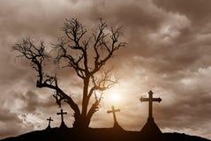 Νεκρό δέντρο τρομακτικών σκιαγραφιών και απόκοσμοι σταυροί με την έννοια αποκριών Στοκ Εικόνα