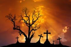 Νεκρό δέντρο τρομακτικών σκιαγραφιών και απόκοσμοι σταυροί με την έννοια αποκριών Στοκ Εικόνες