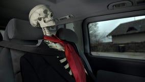 Νεκρό επιχειρησιακό άτομο σκελετών στο αυτοκίνητο απόθεμα βίντεο