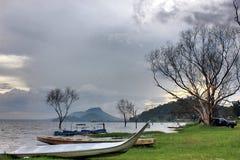 Νεκρό ξύλο με τη μακριά βάρκα Στοκ Εικόνες