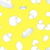 Νεογέννητα μικρά πουλιά με τα αυγά στο κίτρινο υπόβαθρο seamless Στοκ Εικόνα