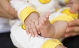 Νεογέννητα χέρι & πόδι μωρών Στοκ Φωτογραφία