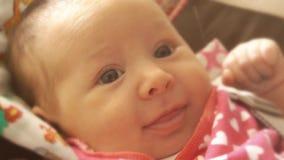 Νεογέννητα χαμόγελα κοριτσάκι απόθεμα βίντεο