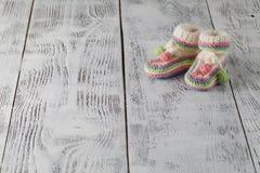 Νεογέννητη έννοια ανακοίνωσης Πλεκτές λείες στην πλάτη aquamarine Στοκ φωτογραφία με δικαίωμα ελεύθερης χρήσης
