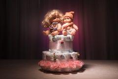 Νεογέννητη έννοια δώρων Κέικ των πανών Τυλιγμένες πάνες ως κέικ με τα λουλούδια Κέικ της τυλιγμένης καθαρής πάνας στον πίνακα με  Στοκ εικόνες με δικαίωμα ελεύθερης χρήσης