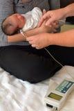 Νεογέννητη διαλογή ακρόασης νηπίων στοκ εικόνα