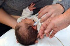 Νεογέννητη διαλογή ακρόασης νηπίων στοκ φωτογραφίες