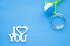 Νεογέννητη ιστορία μωρών Παιχνίδια παιδιών, ψαλίδι, μπουκάλι μωρών, θηλή, βούρτσα γηα τα μαλλιά στο μπλε υπόβαθρο στοκ εικόνες με δικαίωμα ελεύθερης χρήσης